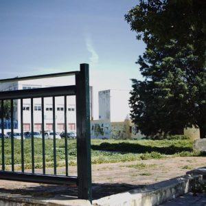 Denuncian el abandono en cuanto a limpieza y mantenimiento de los alrededores de la biblioteca municipal Agustín Muñoz